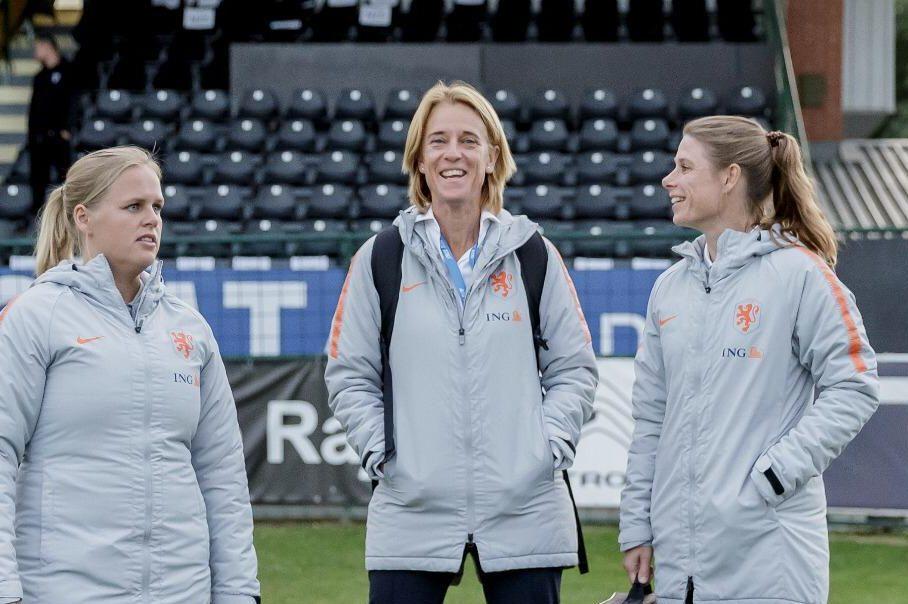 Perschef Anja van Ginhoven op trainingsveld bij OranjeLeeuwinnen