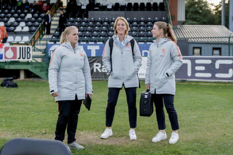 Perschef OranjeLeeuwinnen Anja van Ginhoven op het trainingsveld bij Oranjeleeuwinnen